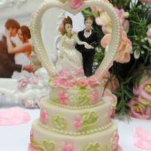 """Фигурка для торта на свадьбу """"Молодожены и торт"""" № 2 (16 см)"""