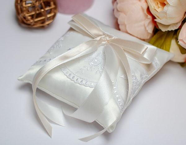 """Свадебная подушечка для колец """"Бантик"""" (айвори)"""