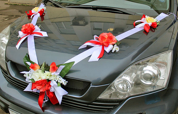 Свадебные украшения на машину из атласных лент