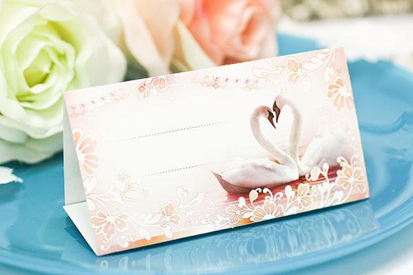"""Рассадочные  карточки для гостей на свадьбу  """"Лебеди в завитках"""""""