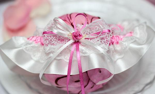 """Свадебная подвязка """"Розовый бутон"""" (пурпурный)"""