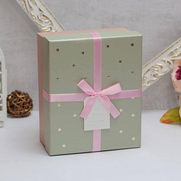 """Коробка для подарков """"Золотые звезды"""" (средняя, фисташковая)"""