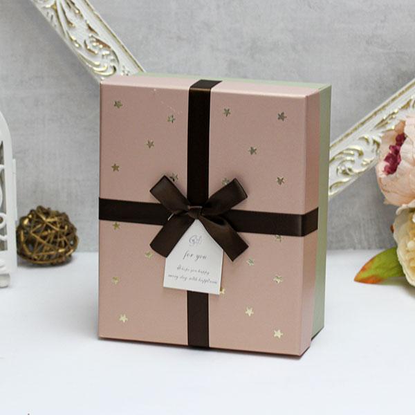 """Коробка для подарков """"Золотые звезды"""" (средняя, бежевая)"""