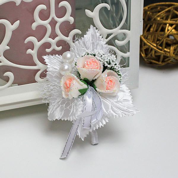 Бутоньерка для жениха Макс (белый с розовыми сердцевинами)